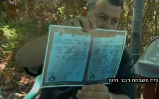Boris Dauber, le père du soldat de Tsahal tombé Shahar Dauber, avec une copie froissée de la lettre d'adieu de son fils (Crédit : capture d'écran: Channel 10 nouvelles)