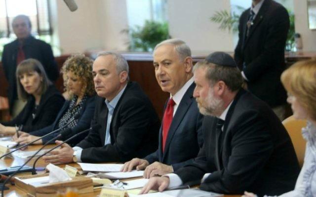 Benjamin Netanyahu à une réunion du cabinet des ministres (Crédit : Flash 90)