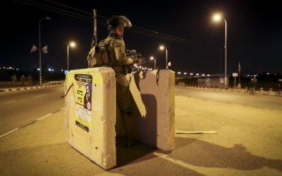 Un soldat israélien à Alon Shvut, près de l'endroit  où a été assassinée Dahlia Lemkus le 10 novembre 2014 (Crédit : Nati Shohat/Flash90)