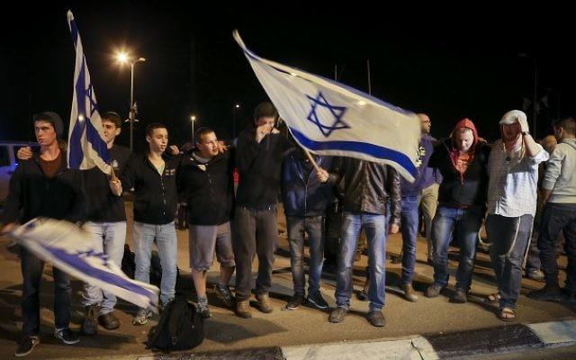 Des juifs de l'extrême droite brandissent des drapeaux à Alon Shvut - 10 novembre 2014 (Crédit : Nati Shohat/Flash90)
