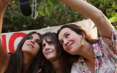 De gauche à droite : Géraldine Nakache, Judith Chemla et Yael Abecassis  dans le film Atlit de Shirel Amitay (Crédit : Autorisation)