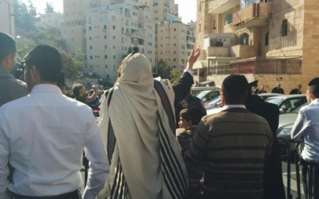Des personnes à l'extérieur de la synagogue Keyilat Yaakov à Har Nof - 18 novembre 2014 (Crédit : Marissa Newman/Times of Israel)