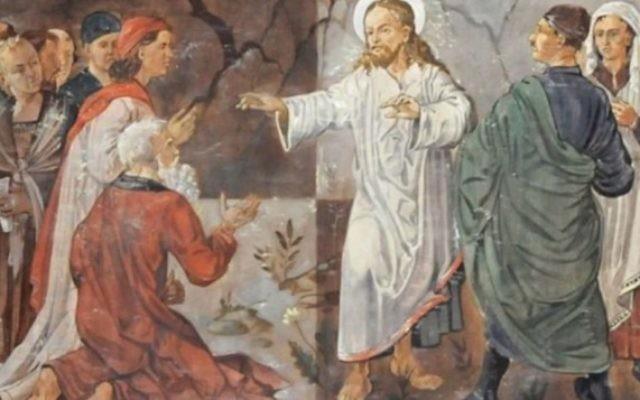 Un tableau dans une église de la ville de Hof, en Allemagne, semble montrer Adolf Hitler debout à côté de Jésus (Crédit : capture d'écran YouTube)