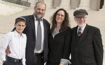 Menachem Zivotofsky, à gauche, et son père Ari posant devant la Cour suprême à son avocat Alyza Lewin et le père de Nathan Lewin, le 3 novembre 2014 (Crédit : Rikki Gordon Lewin)