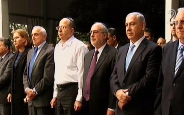 Benjamin Netanyahu (deuxième en partant de la droite) assiste à une cérémonie à la mémoire d'Yitzhak Rabin (Crédit : capture d'écran Deuxième chaîne)