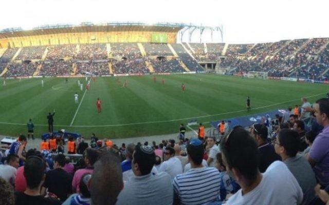 Fans au stade Teddy (Crédit : Josh Kalman)