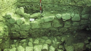 Partie du mur trouvée pendant les fouilles d'Aviram Oshri's à Bethléem de Galilée (Courtesy Aviram Oshri)