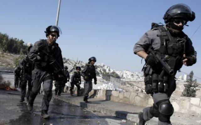 Les agents de sécurité israéliens lors d'affrontements avec des manifestants palestiniens à Jérusalem-Est le 24 octobre 2014 (Crédit : Ahmad Gharabli / AFP)