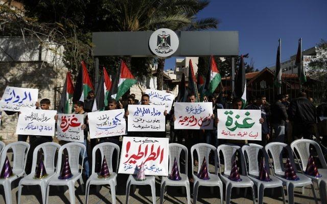 La centaine de fonctionnaires du groupe terroriste bloque le siège du gouvernement - 31 décembre 2014 (Crédit : AFP)