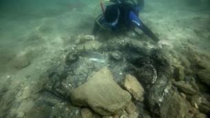 Excavation d'un puits de la période du Néolithique nouvellement creusé à Kfar Samir (Crédit : Dr Jonathan Benjamin et Dr Ehud Galili, Université de Haïfa et de l'Autorité des Antiquités d'Israël)