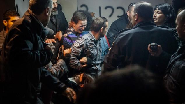 Affrontement entre les habitants de Givat Amal et la police le 29 Décembre 2014 (Crédit : Amir LeviFlash90)