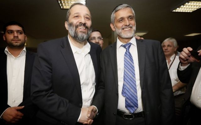 Aryeh Deri (à gauche) et Eli Yishai (Crédit : Miriam Alster/Flash90)