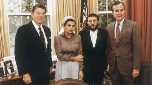 Le président Reagan et le vice-président Bush rencontrent Avital Sharansky (épouse du dissident soviétique alors emprisonné Natan Sharansky) et Yosef Mendelevitch, mai 1981 (Crédit : le personnel de la Maison Blanche / Wikipedia)