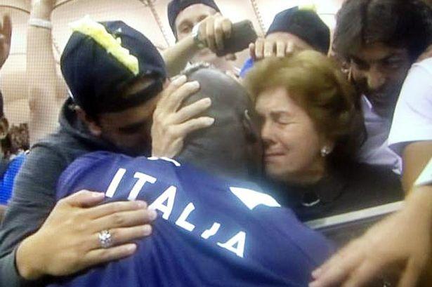 Balotelli étreint sa mère après la victoire de l'Italie contre l'Allemagne en demi-finale de l'euro 2012 (Crédit : Twitter)