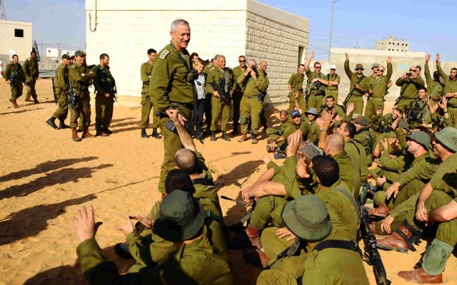 Benny Gantz s'adressant aux soldats réservistes du camp d'entrainement de Tzeelim  (Crédit : IDF Spokesperson's Office/Flash90)