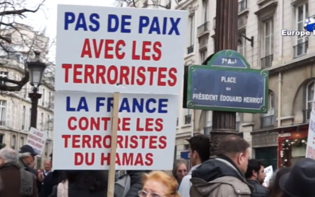 Capture d'écran rassemblement à Paris le 28 novembre 2014 (Crédit : Europe Israel/YouTube)