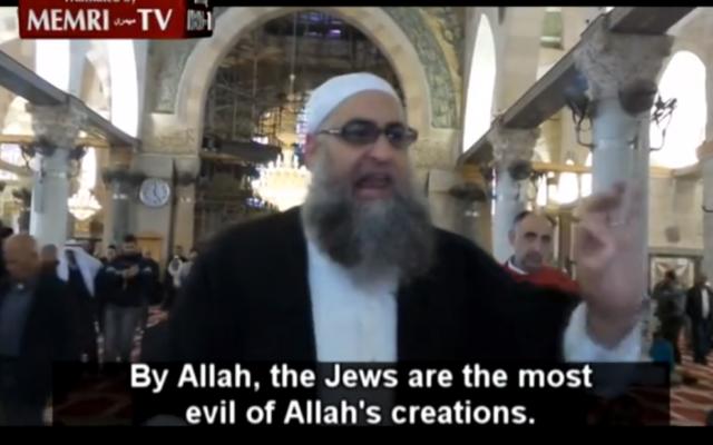 Le cheikh Omar Abu Sara appelle au meurtre de Juifs à la mosquée Al-Aqsa, située sur le mont du Temple, à Jérusalem, le 28 novembre 2014. (Crédit : capture d'écran YouTube/MEMRI)