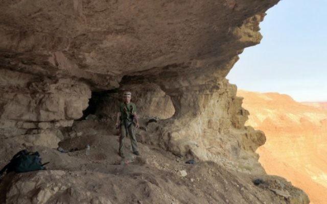 Un travailleur dans la Grotte des Crânes dans une photo fournie par l'AAI (Crédit : IAA)