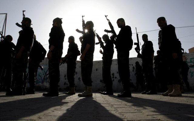 Des écoliers palestiniens participant à une parade militaire organisée par le Hamas dans la ville de Rafah dans le sud de Gaza le 27 février 2014 (Crédit : Abed Rahim Khatib/Flash90)