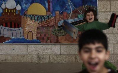 Des élèves arabe et israélien à l'école bilingue Max Rayne de Hand in Hand à Jérusalem, photo prise le 14 février 2012 (Crédit : Kobi Gideon/Flash90)