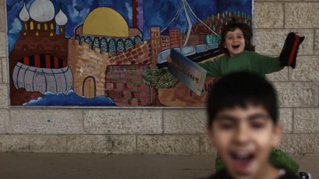 Des élèves arabe et israélien à l'école bilingue Max Rayne de Hand in Hand à Jérusalem, photo prise la 14 février 2012 (Crédit : Kobi Gideon/Flash90)