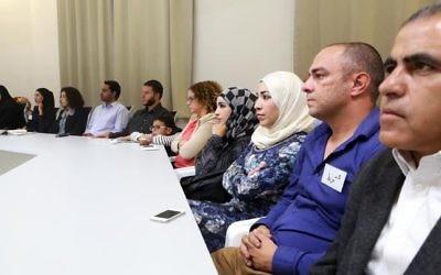 Des étudiants arabes assistant à la cérémonie de remise des diplômes d'une formation proposée par l'Abraham Funds Initiatives (Crédit : Autorisation de l'Abraham Funds Initiatives)