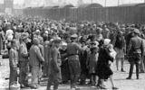 Des juifs hongrois sur la Judenrampe (la rampe à Juif) après être descendus des trains pour Auschwitz-Birkenau, en mai 1944. (Crédit : album photo d'Auschwitz)