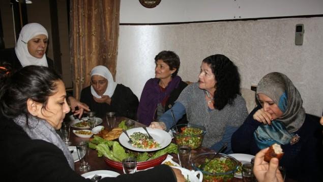 Des Juives et des Arabes lors d'un cours de cuisine organisé par Givat Haviva (Crédit : Autorisation Givat Haviva)