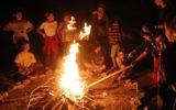 Des enfants juifs réunis autour du feu pour la fête de Lag BaOmer à Jérusalem (Crédit : Yossi Zamir/Flash90)