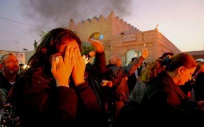 Des fidèles priant sur la tombe de Rabbi Israel Abuhatzeira, connu sous le nom de Baba Sali à Netivot le 22 janvier 2007 (Crédit : Almog Sugavker/Flash90)