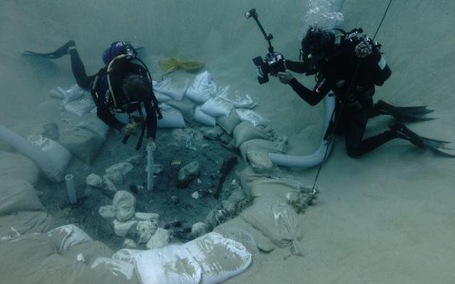 Dr Ehud Galili de l'Université de Haïfa prenant des échantillons du puits de la période du Néolithique nouvellement creusé à Kfar Samir (Crédit : Dr Jonathan Benjamin et Dr Ehud Galili, Université de Haïfa et de l'Autorité des Antiquités d'Israël)