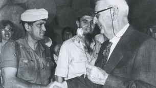 Giorgio Perlasca est honoré lors d'une cérémonie à Yad Vashem à Jérusalem - Septembre 1989. (Crédit : autorisation Yad Vashem)