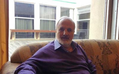 Eretz Biton, un célèbre poète israélien au Sharon Hotel à Herzliya le 19 novembre 2014 (Crédit : Mitch Ginsburg/Times of Israel)