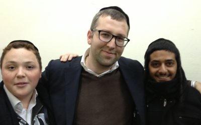 Etudiants de la yeshiva Chachmei Lev avec leur professeur, Nechamia Steinberger, à Jérusalem le 26 novembre 2014 (Crédit :  Elhanan Miller/Times of Israel)