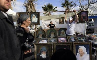 Un vendeur vend des photos pendant le pèlerinage annuel à la tombe du Rabbi Abou Hassira en 2012 (Crédit : Tsafrir Abayov / Flash90)