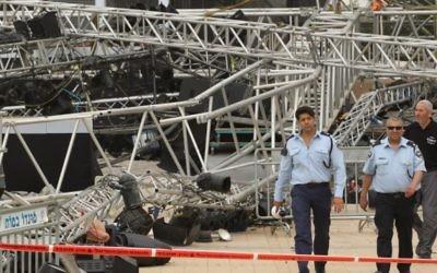 Dans cette photo prise en 2012, un policier se tient près de la scène où une grande plate-forme de l'éclairage s'est effondrée et a tué la lieutenant Hila Betzaleli (Crédit : Nati Shohat / Flash90)