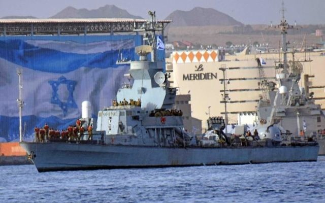 L'INS Hanit entre dans le port d'Eilat, le samedi 8 mars 2014. (Crédit : Yuda ben Yitach / Flash90)