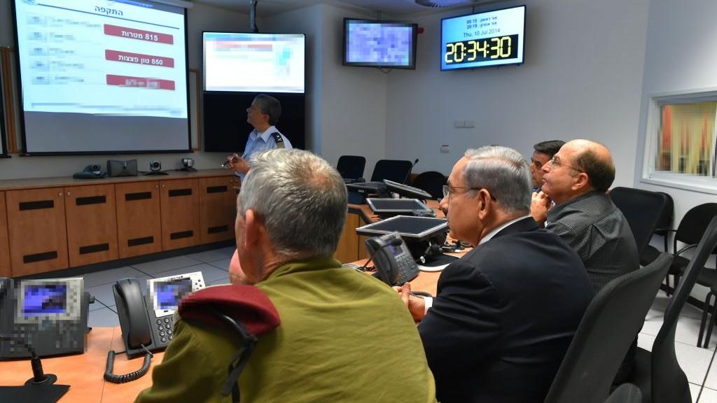 Le Premier ministre Benjamin Netanyahu, au centre, Moshe Yaalon, alors ministre de la Défense, à droite, et Benny Gantz, alors chef d'état-major au QG de l'armée de l'air, le 10 juillet 2014. (Crédit : Ariel Hermoni/ministère de la Défense/Flash90)