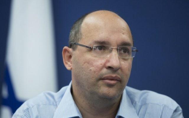 Avi Nissankorn, président de la Histadrout, parle lors d'une conférence de presse à Jérusalem, le 7 octobre, 2014. (Crédit : Yonatan Sindel / Flash90)