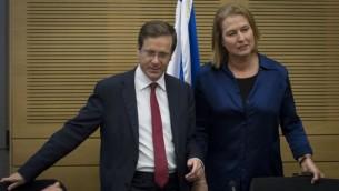Tzipi Livni et le chef de l'opposition Isaac Herzog vuS à la Knesset le 12 novembre, 2014. (Crédit : Miriam Alster / FLASH90)