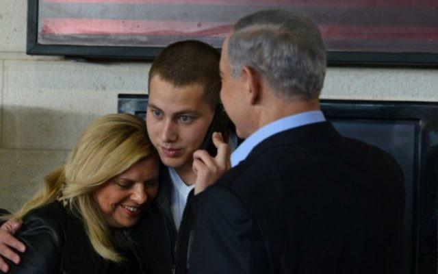 Le Premier ministre Benjamin Netanyahu et son épouse Sara, vus avec leur fils Avner (C) qui se prépare à commencer son service de Tsahal, 1 décembre 2014. (Crédit : Kobi Gideon / GPO)