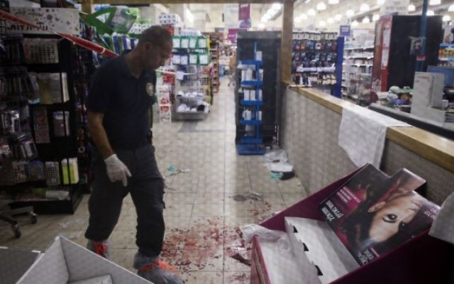 Forces de police au supermarché Rami Levy dans la zone industrielle de Mishor Adumim, à l'est de Jérusalem, près de Maale Adumim, où un Palestinien a poignardé deux personnes et a ensuite été abattu par un garde de la sécurité. - 3 décembre 2014 (Crédit : Nati Shohat / FLASH90)