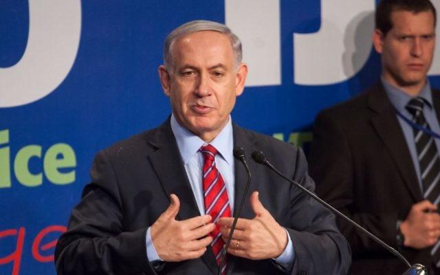 Le Premier ministre Benjamin Netanyahu parle des médias étrangers lors d'une conférence de presse à Jérusalem, le 17 décembre 2014 (Crédit : Emil Salman / Flash90, Pool)