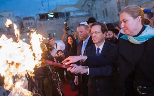 Tzipi Livni et Isaac Herzog allument la menorah du Mur occidental dans la Vieille ville de Jerusalem, le 21 décembre 2014 (Crédit : Yonatan Sindel/Flash90)
