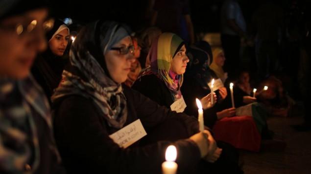 Femmes voilées à Gaza tenant des cierges lors d'une manifestation le 16 août 2013 (Crédit : Flash90/Wissam Nassar)