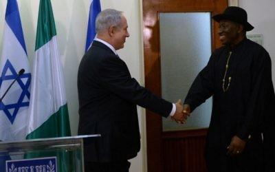 Le Premier ministre Benjamin Netanyahu, à gauche, rencontre le président nigérian Goodluck Jonathan au bureau du Premier ministre à Jérusalem, (Crédit : Kobi Gideon / GPO / Flash90)