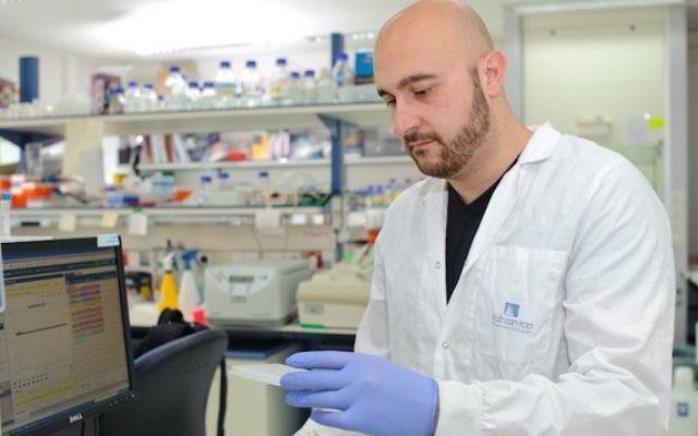 Dr. Jacob Hanna dans son laboratoire de l'Institut Weizmann (Crédit : autorisation)