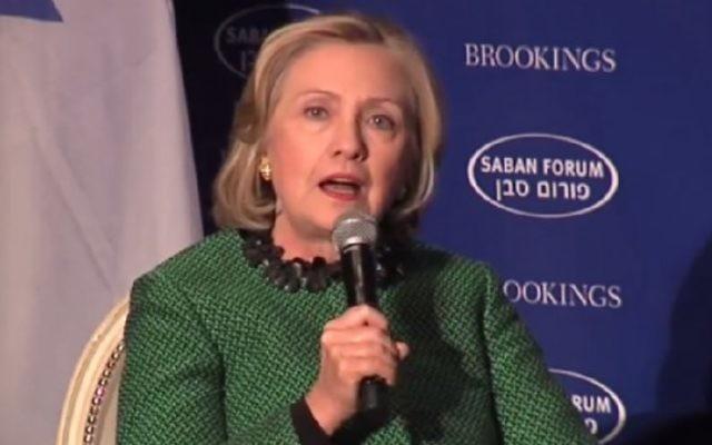 Hillary Clinton au forum de Saban à Washington le 5 décembre (Crédit : capture d'écran YouTube)