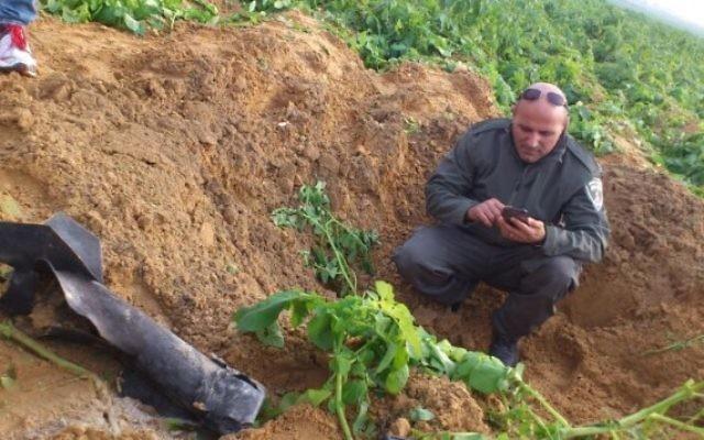 Une roquette tirée de Gaza et qui a atterri dans un terrain vague de la région d'Eshkol, le 19 décembre 2014. Illustration. (Crédit : police israélienne)