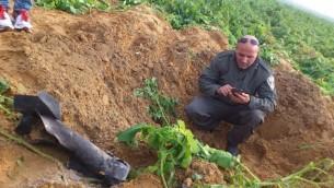Un missile tiré depuis Gaza le 19 décembre 2014 ayant atterri dans une zone ouverte de la région d'Eshkol. (Crédit : Police d'Israël)